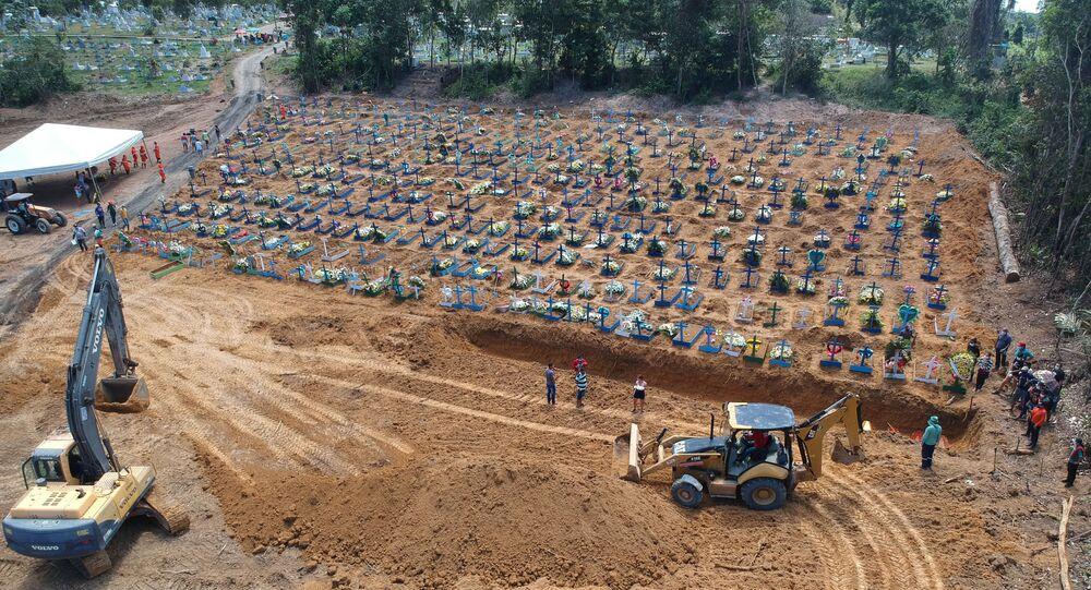 Covas abertas no Cemitério Parque de Manaus, em 21 de abril de 2020, no bairro Tarumã, zona oeste da cidade de Manaus