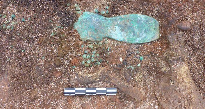 Fragmento de decoração é fotografado em sepultamento antigo descoberto na comuna francesa de Saint-Vulbas