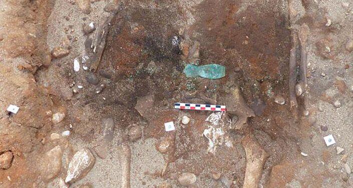 Fragmento de decoração junto aos restos mortais de um sepultamento antigo descoberto na França