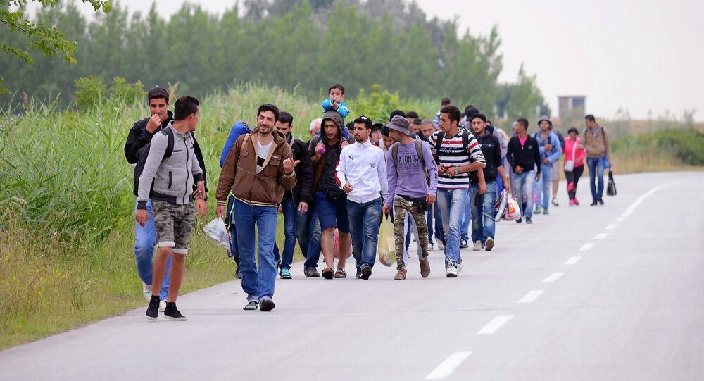Migrantes. Na maior parte da Síria, andam em grupos em direção a Hungria em Kanjiza, no norte da Sérvia, perto da fronteira com a Hungria.
