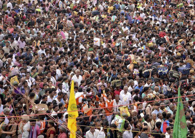 Devotos hindus no festival de Maha Pushkaralu, à beira do rio Godavari em Rajahmundry, no estado indiano de Andhra Pradesh