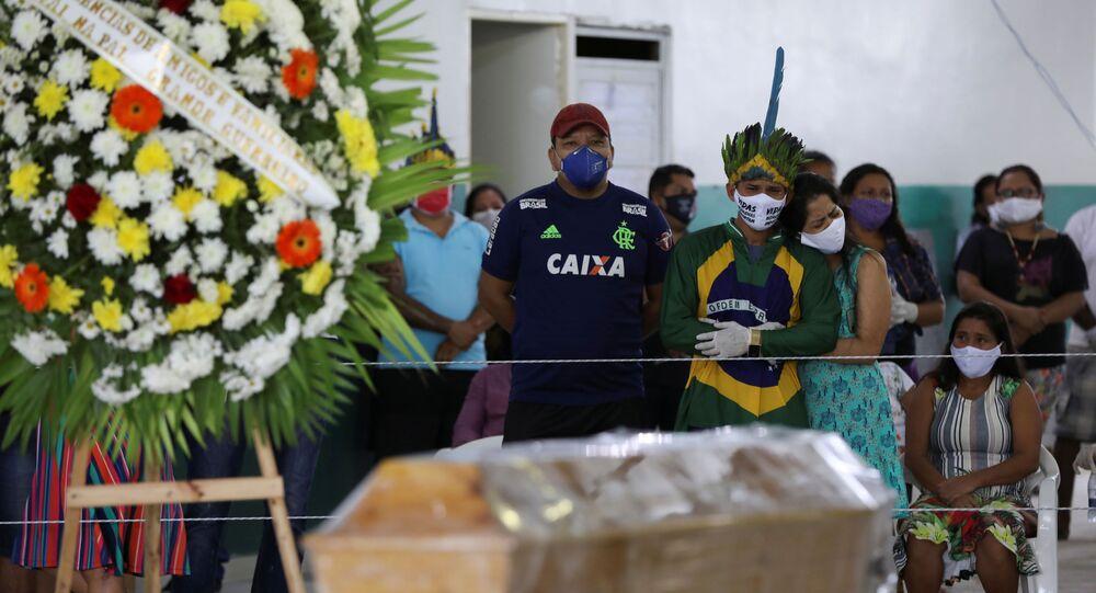 Enterro de indígena de 53 anos que foi vítima do coronavírus em Manaus (AM)
