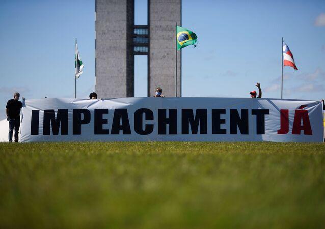 Faixa pedindo o impeachment do presidente Jair Bolsonaro é exibida em Brasília (DF)