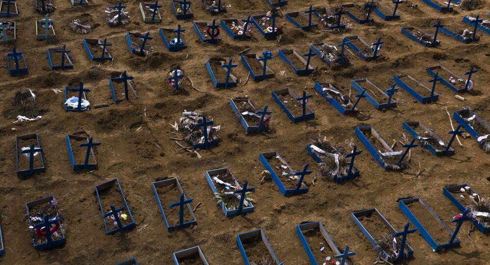 Sepulturas de pessoas que morreram nos últimos 30 dias enchem uma nova seção do cemitério de Nossa Senhora Aparecida em meio à pandemia do coronavírus, em Manaus, Brasil, 11 de maio de 2020