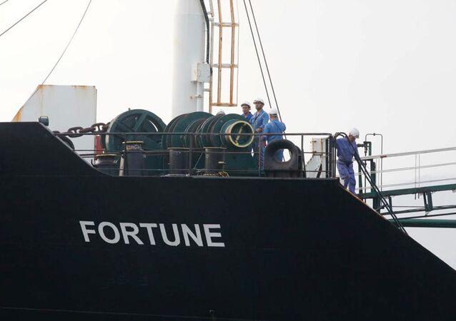A tripulação do navio-tanque iraniano Fortune no convés durante a chegada à refinaria El Palito, em Puerto Cabello, Venezuela, 25 de maio de 2020
