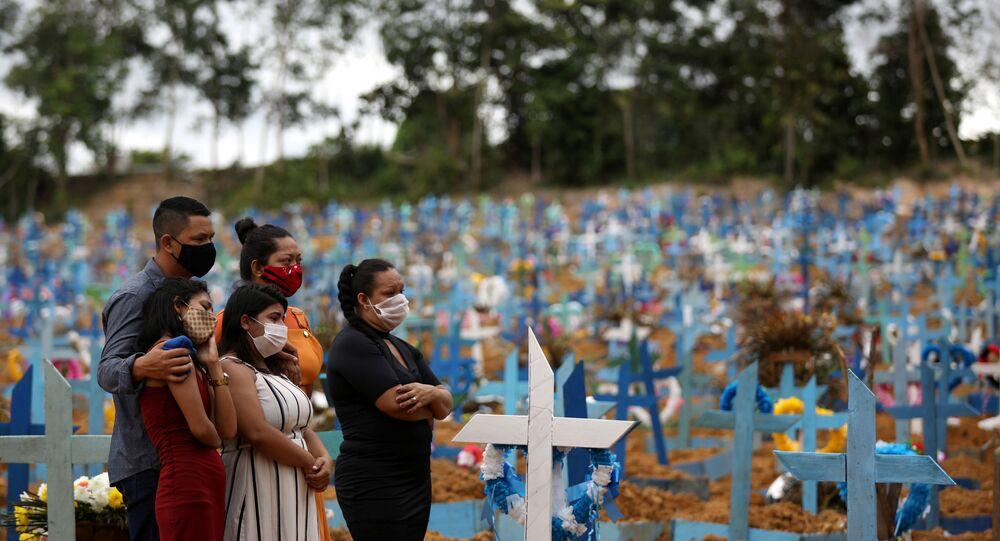 Família de vítima de COVID-19 após enterro coletivo, no cemitério Parque Taruma, em Manaus (AM), 26 de maio de 2020