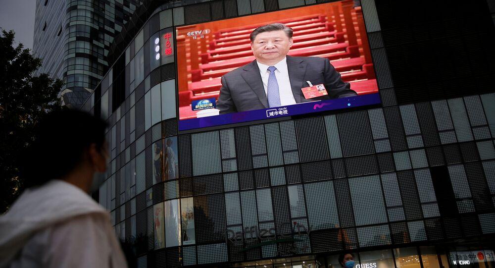 Presidente da China, Xi Jinping, discursa no encerramento do Congresso Nacional do Povo, com transmissão em telão, em Pequim, na China, 28 de maio de 2020