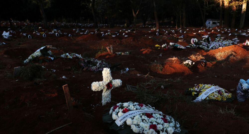 Túmulos com vítimas da COVID-19 no Cemitério da Vila Formosa, em São Paulo.
