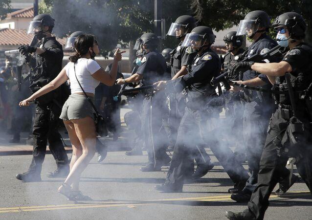 Manifestante enfrenta a polícia em San Jose, Califórnia, durante ato contra a morte do cidadão negro George Floyd na cidade de Minneapolis