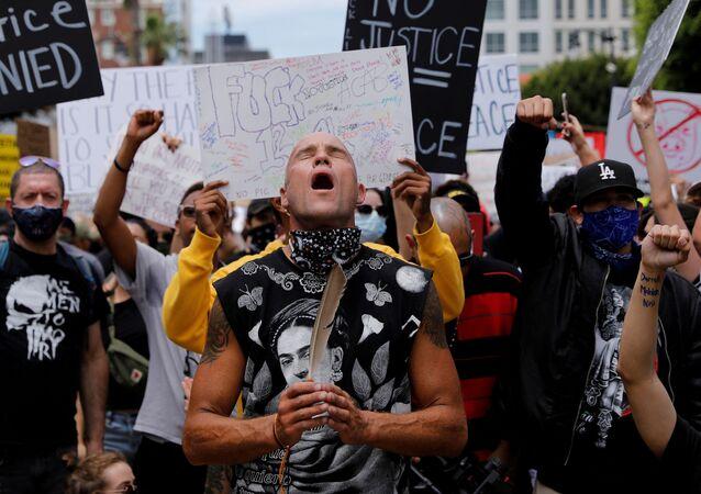 Manifestantes durante protesto em memória à morte de George Floyd, em Los Angeles, no estado norte-americano da Califórnia, 2 de junho de 2020