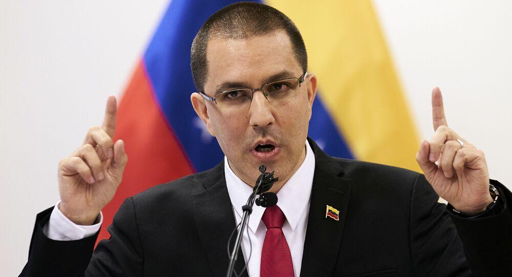 O ministro das Relações Exteriores da Venezuela, Jorge Arreaza, fala durante entrevista coletiva após visitar o Tribunal Penal Internacional em Haia, nos Países Baixos, 13 de fevereiro de 2020