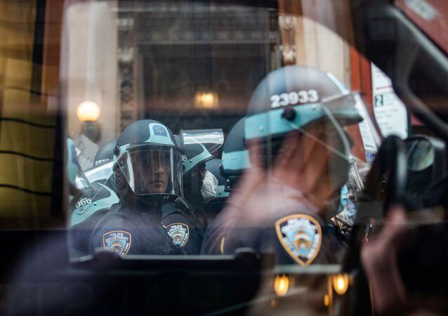 Policiais da cidade de Nova York fazem guarda durante manifestações em memória de George Floyd, nos EUA, 2 de junho de 2020