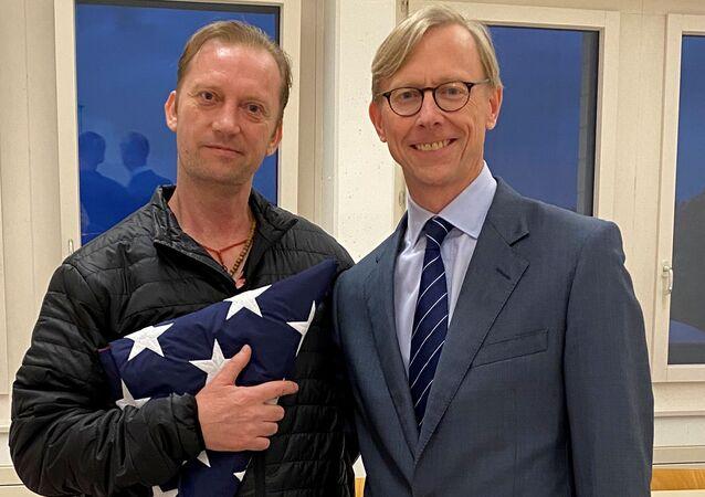 Michael White (à esquerda), veterano da marinha dos EUA, detido no Irã desde 2018, posa para foto com o enviado especial dos EUA para o Irã, Brian Hook, durante sua escala em Zurique, na Suíça, 4 de junho de 2020