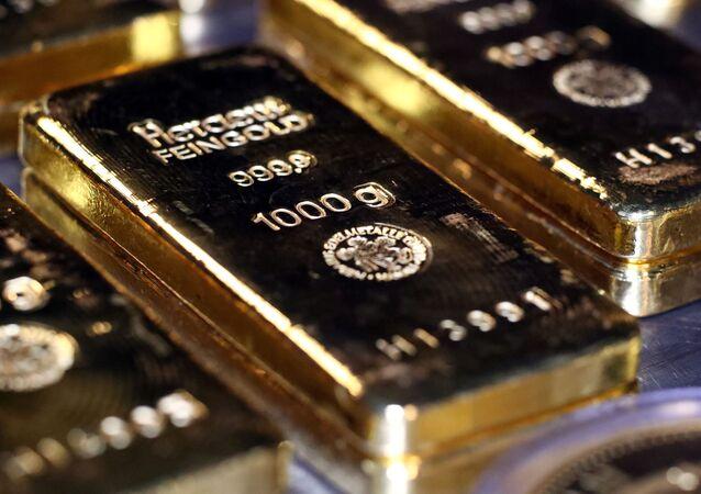 Barras e moedas de ouro empilhadas na sala de cofres da casa-depósito de metais preciosos Pro Aurum em Munique, Alemanha, 14 de agosto de 2019 (foto de arquivo)