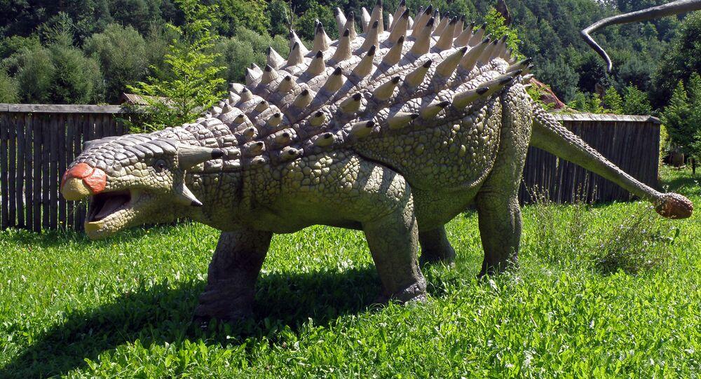 Réplica de um anquilossauro no parque de dinossauros JuraPark Baltow