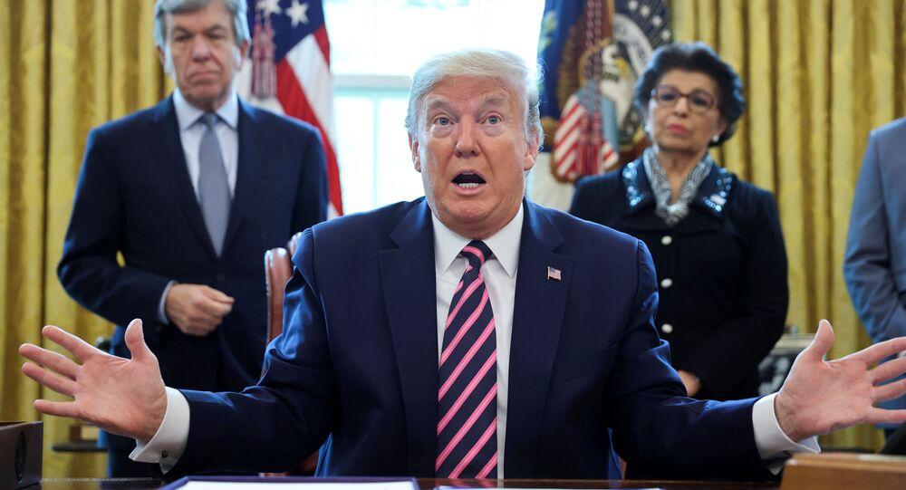 O presidente dos EUA, Donald Trump, fala aos repórteres durante uma cerimônia de assinatura de uma lei que aprova auxílios para a economia e sistema de saúde a fim de mitigar os efeitos da doença do coronavírus (COVID-19), Sala Oval da Casa Branca em Washington, EUA, 24 de abril de 2020