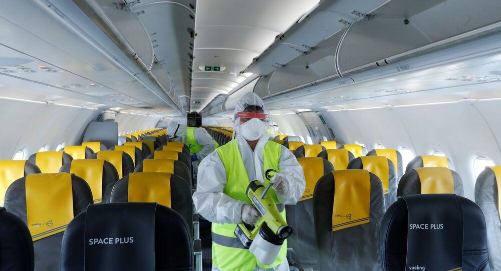 Funcionário usando equipamento de proteção higieniza um avião de passageiros Airbus A321 da Vueling no Aeroporto Internacional de Fiumicino, em Roma, depois que a Itália permitiu a livre circulação e reabriu suas fronteiras para países europeus, aliviando mais as rígidas restrições de confinamento, em Roma, Itália, em 4 de junho de 2020