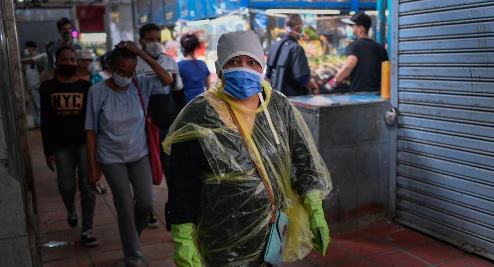 Mulher anda com máscara e luvas durante pandemia do coronavírus na Venezuela (foto de arquivo)