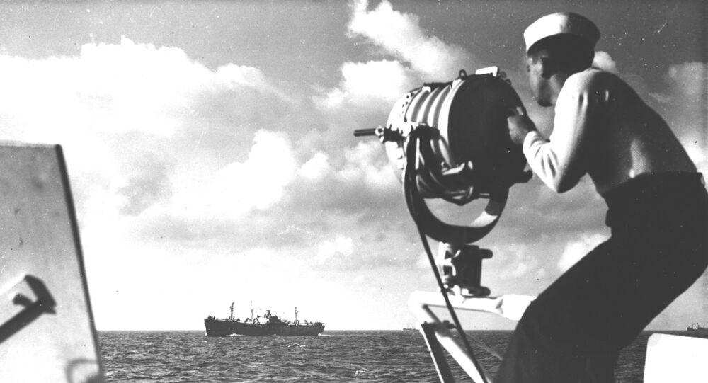 Marinheiro brasileiro faz comunicação por holofote durante escolta a comboio, durante a Segunda Guerra Mundial