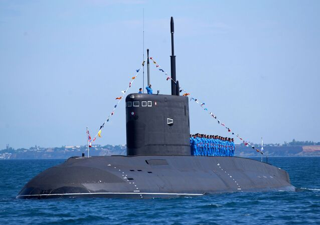 Submarino russo Rostov-na-Donu durante evento militar (imagem referencial)