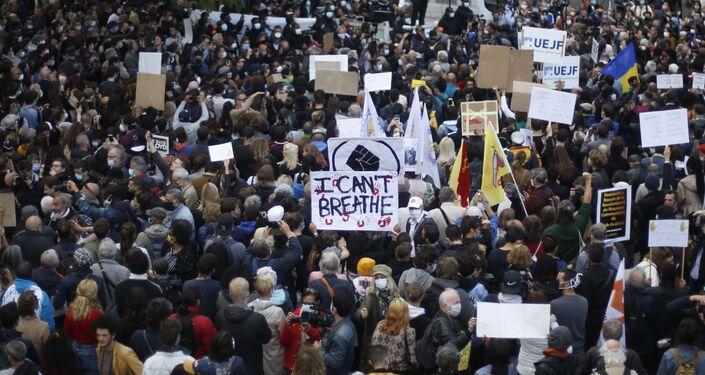 Manifestantes se reúnem em Paris para protestar contra o racismo após a morte de George Floyd, homem negro morto pela polícia nos EUA.