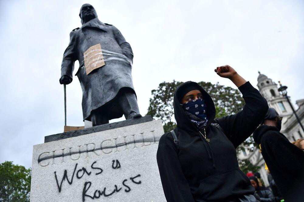 Em Londres, manifestantes protestam diante da estátua do líder britânico Winston Churchill