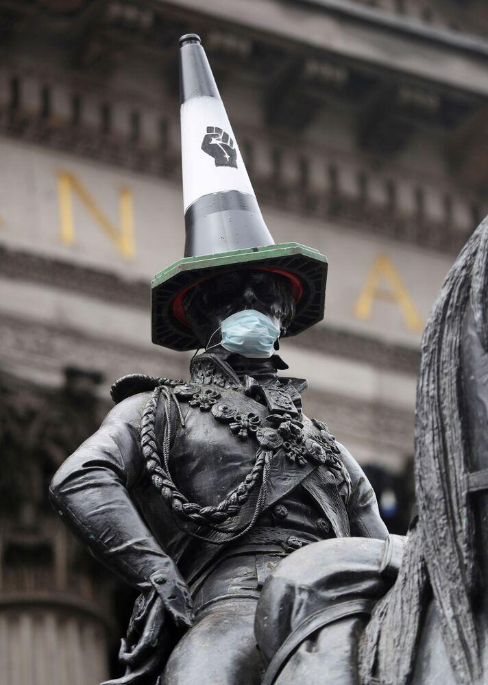 Estátua do duque de Wellington, na cidade escocesa de Glasgow, recebe cone e máscara em protesto pelos maus-tratos contra populações negras nos EUA e Europa
