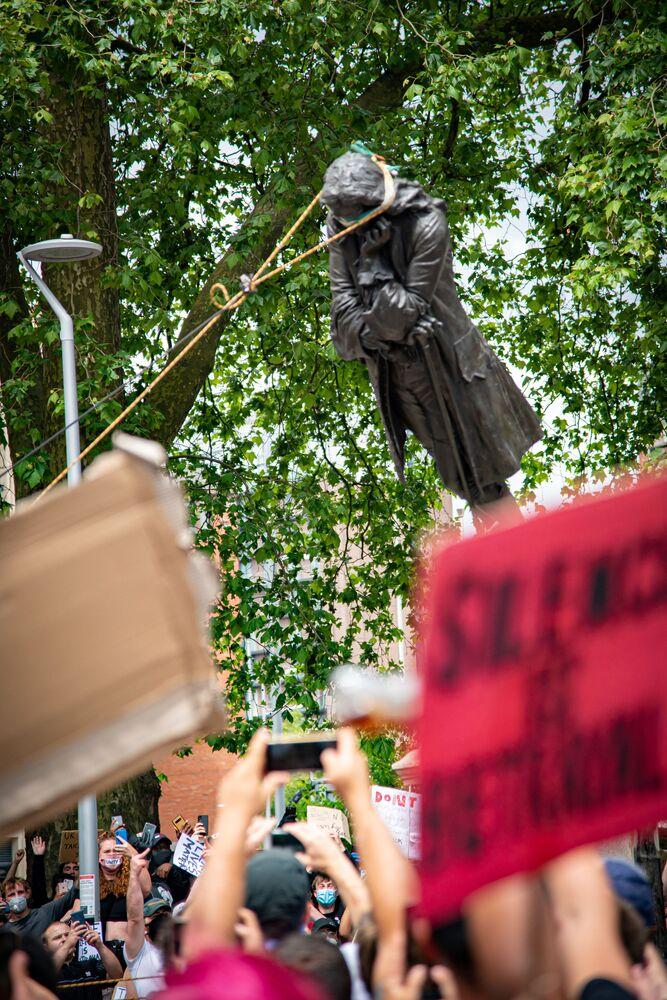 Manifestantes derrubam estátua de Edward Colston em Bristol, no Reino Unido, em protesto pela retirada de estátuas polêmicas