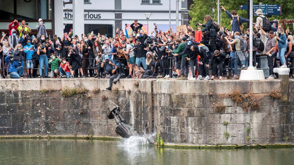 Manifestantes jogam estátua de Edward Colston em rio em meio aos protestos pelo assassinato de George Floyd