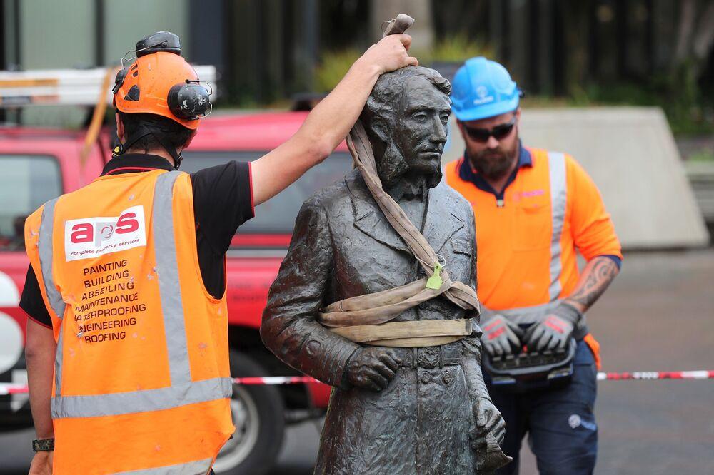 Estátua do capitão John Fane Charles Hamilton, envolvido em guerras contra populações indígenas, é retirada de praça em Hamilton, Nova Zelândia
