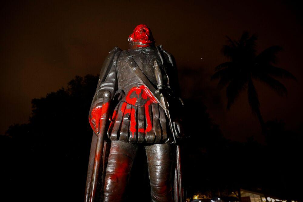 Estátua de Cristóvão Colombo tem cabeça removida em meio a protestos pelo assassinato do norte-americano George Floyd