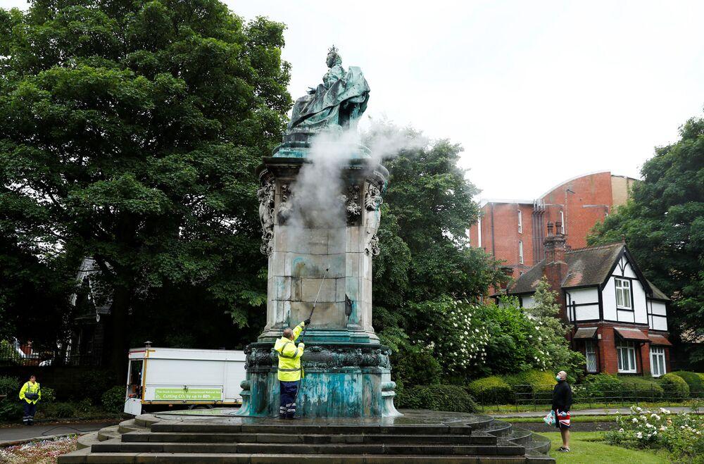 Estátua da rainha Vitória passa por limpeza após protesto de contestação social no Reino Unido