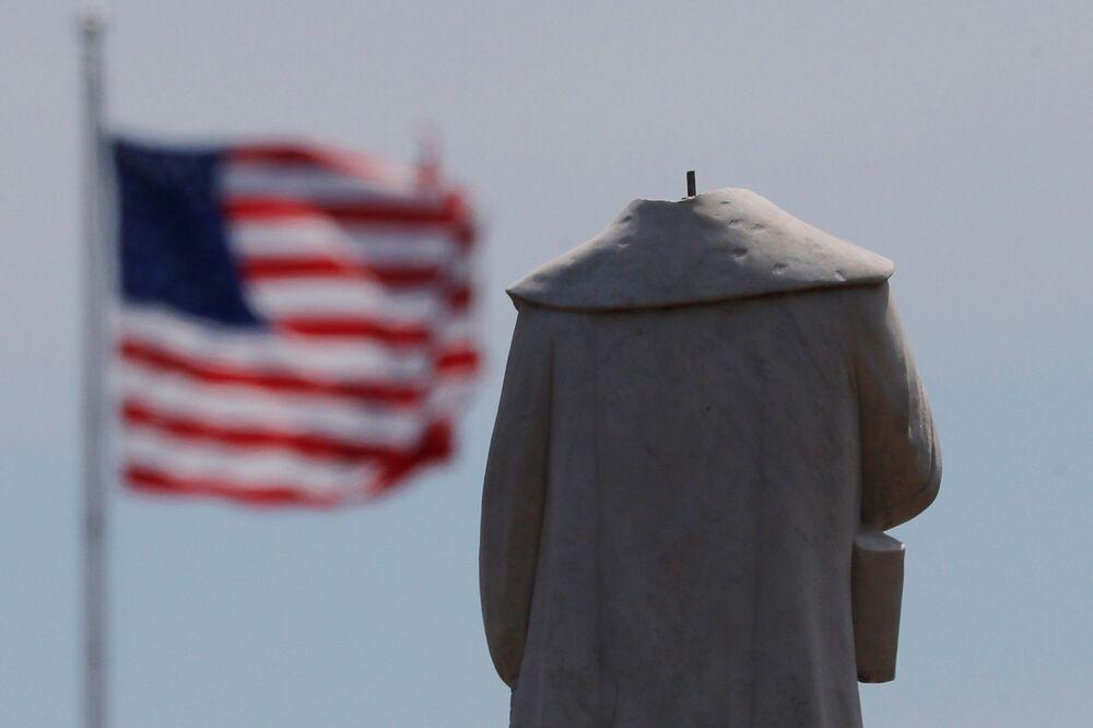 Estátua do navegador Cristóvão Colombo é removida em Boston após protestos pelo assassinato de George Floyd