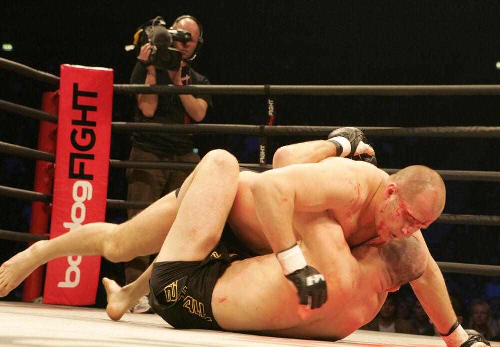 Fedor Emelianenko (supra) combate o norte-americano Matt Lindland.