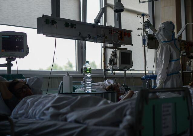 Médico visita pacientes na UTI do Hospital Clínico Municipal № 15 O. Filatov em Moscou, Rússia
