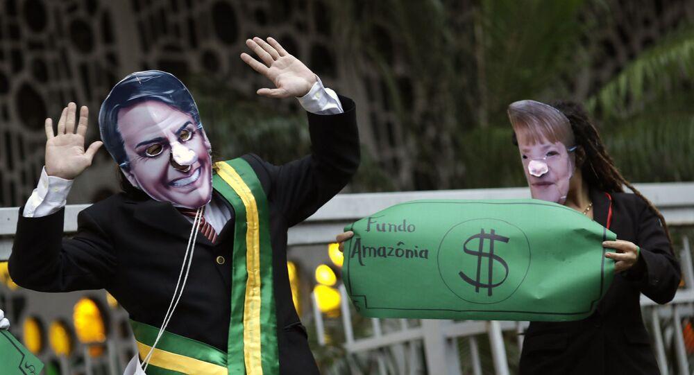 Manifestantes fantasiados de Bolsonaro e Merkel pedem a defesa da Amazônia em ato no Rio de Janeiro