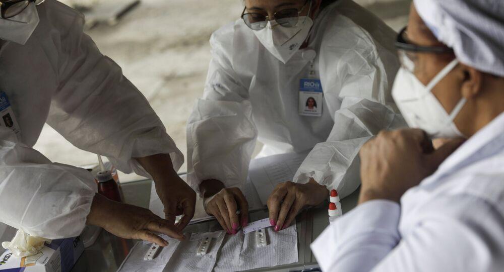 Agentes de saúde realizam testes para a COVID-19 em taxistas do Rio de Janeiro, 15 de junho de 2020