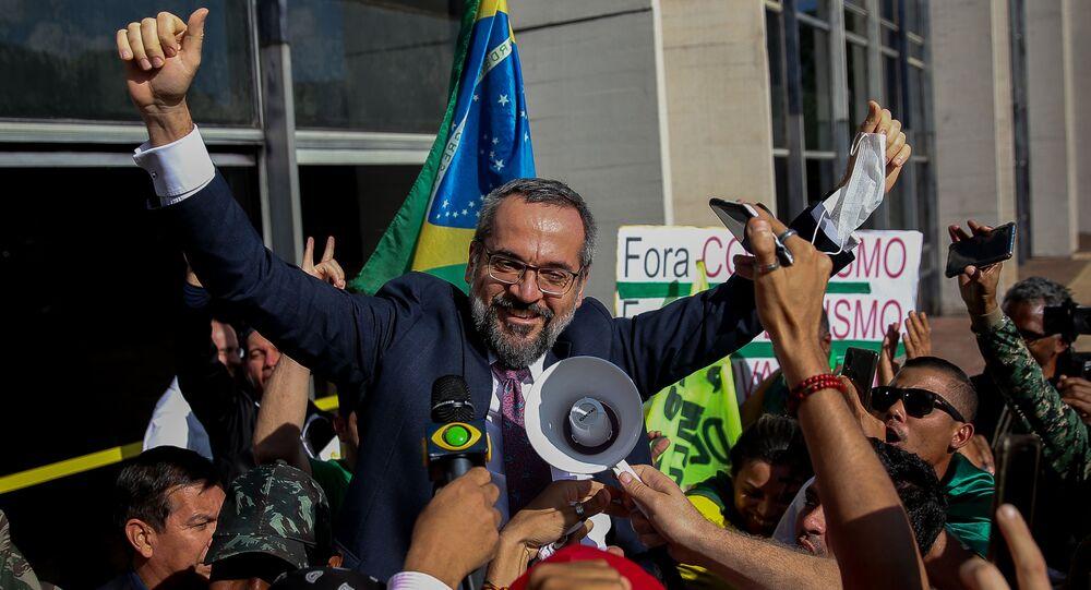 Ministro da Educação, Abraham Weintraub, é saudado por apoiadores ao deixar sede da Polícia Federal, em Brasília (DF), 4 de junho de 2020