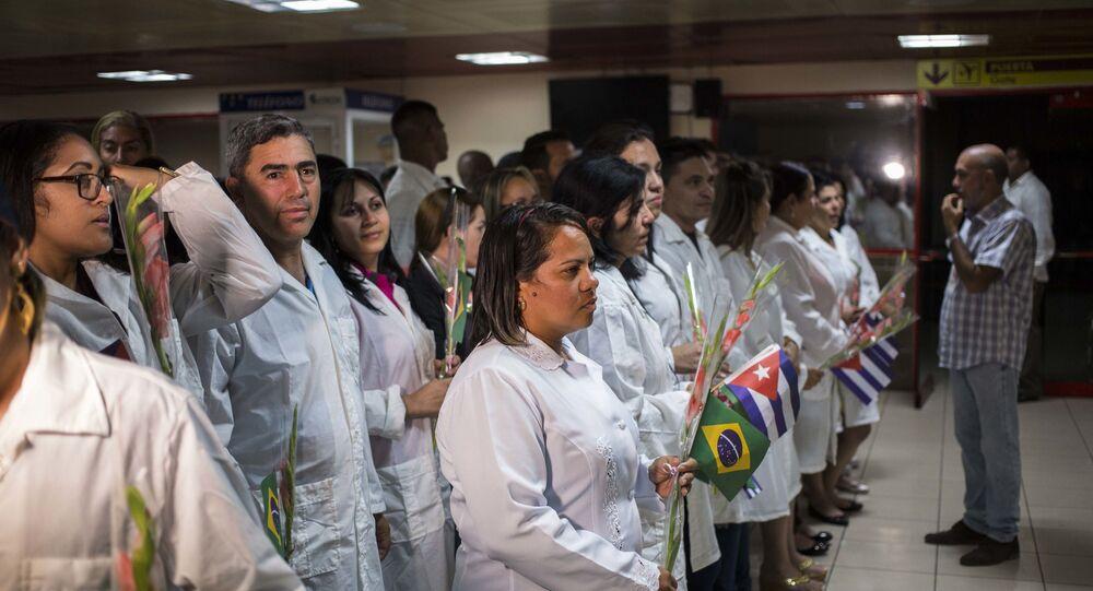 Médicos cubanos se reúnem para um encontro com o presidente do Conselho de Estado cubano Miguel Díaz-Canel após desembarcarem em Havana, Cuba, 23 de novembro de 2018