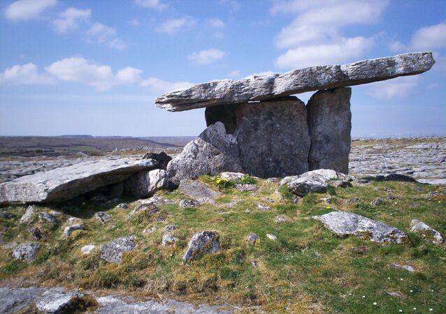 Foto de dólmen na Irlanda (imagem referencial)