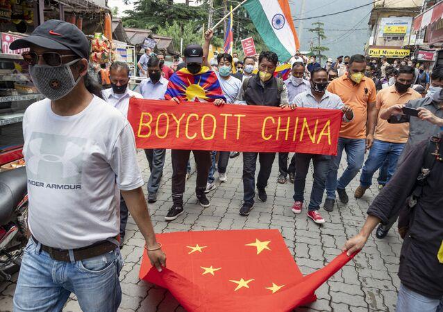 Tibetanos exilados e indianos protestam contra a China em Dharmsala