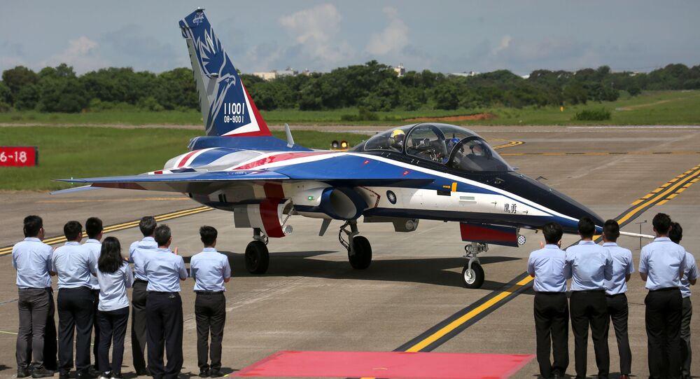 Autoridades aplaudem a chegada do Brave Eagle após seu primeiro voo na base aérea Ching Chuan Kang em Taichung, Taiwan, 22 de junho de 2020
