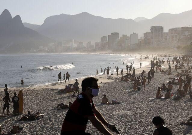 Cariocas vão à praia do Arpoador, no Rio de Janeiro, em meio à pandemia da COVID-19