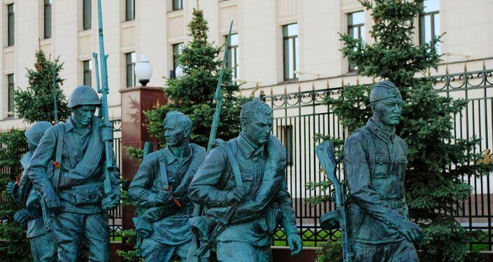 Monumento em homenagem aos personagens do filme Eles Lutaram pela Pátria, erguido na frente do Ministério da Defesa da Rússia, em Moscou