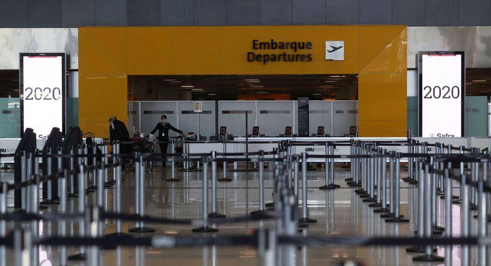 Salão de check-in vazio no Aeroporto Internacional de Guarulhos devido à pandemia da COVID-19, em Guarulhos, perto de São Paulo, Brasil, 25 de maio de 2020
