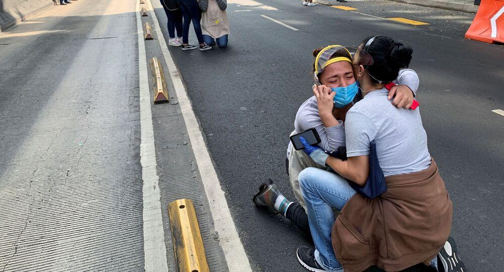 Na Cidade do México, cidadãos se protegem em meio a um terremoto em 23 de junho de 2020.