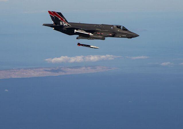 Fotografia de aeronave F-35A durante testes de lançamentos de bombas na Califórnia, EUA