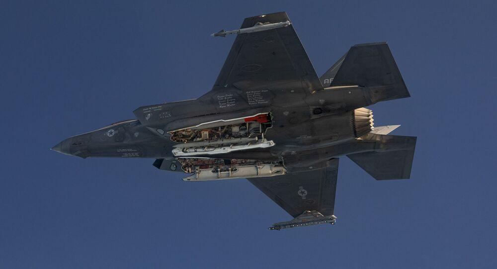 Caça F-35A testa lançamento de bombas próximo a base da Força Aérea dos EUA
