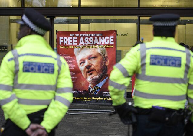 Policiais na entrada do Tribunal de Westminster, Londres, onde está decorrendo um ato contra a extradição do fundador do Wikileaks, Julian Assange