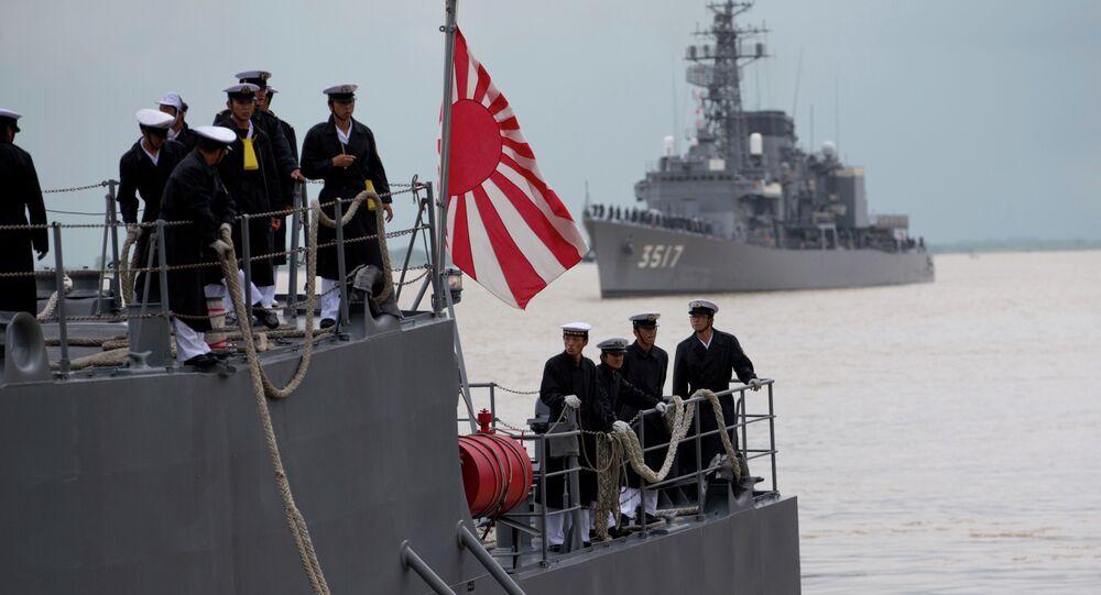 Oficiais da marinha japonesa no convés da embarcação da Força Marítima de Autodefesa do Japão atracada no porto de Thilawa, Mianmar